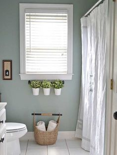 Love the colors in this bathroom!