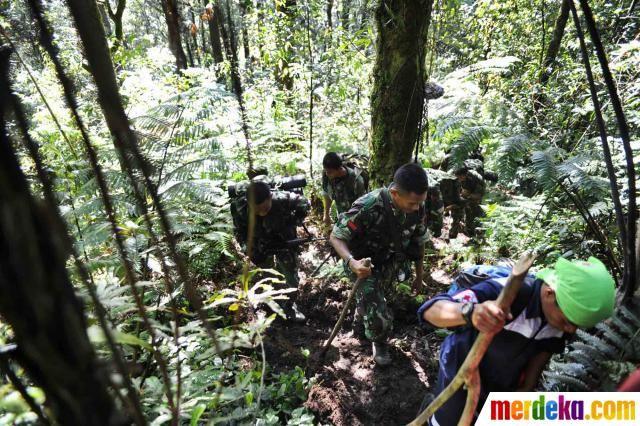 Tim SAR Advance saat melewati jalur terjal menuju lokasi jatuhnya pesawat Sukhoi Superjet 100 di Gunung Salak, Bogor, Jumat (11/5).