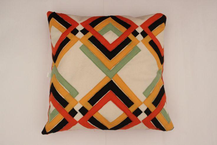 Almofada Retro xadrez laranja com apliques marrom, amarelo e verde Tamanho 45x45cm Contato:delasdecor@gmail.com