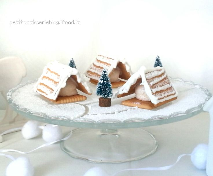 Un dolcissimo villaggio di Natale, perfetto per abbellire un angolo di casa o come goloso centrotavola delle feste, facile e veloce da realizzare , con biscotti pronti e marshmallow!