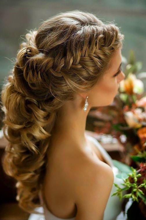 Nette lange Hochzeitsfrisur für Bräute