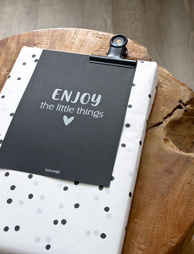 #geschenkpapier #seidenpapier #verpacken #verpackungsliebe #wrapit #wrappingideas #geschenkeeinpacken #einpacken #geburtstag #party #taufe #hochzeit #wedding #blackandwhite #packaging #geschenkkarte #postkarte  #kukuwaja Artikel über www.kukuwaja.de
