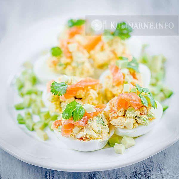 Proste, szybkie i smaczne. Jajka z dodatkiem wędzonego łososia i awokado.  Składniki    5 jajek 50 g wędzonego łososia pół dojrzałego awokado 1 łyżka majonezu sól, pieprz kilka listków kolendry    Wykonanie Jajka gotujemy na twardo, studzimy, obieramy ze skorupki i przecinamy na pół. Żółtka wyjmujemy i rozgniatamy widelcem dodając majonez, sól i pieprz. Awokado kroimy w drobną kostkę, łososia również. Do masy z żółtek dodajemy awokado i łososia (część pozostawiamy do ozdoby) i mieszamy…