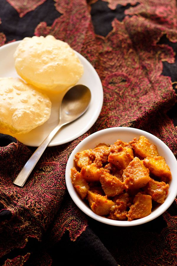 Bengali style dum aloo recipe – lightly spiced and slightly sweet potato curry made with onions, tomatoes and spices.