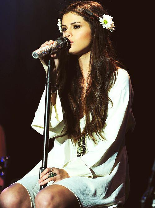 Selena gomez cantando uno de sus mejores singels