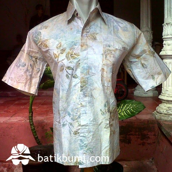 kemeja #batik #cap smoke dengan warna dasar putih kebiru-biruan dengan motif batik bunga modern dengan efek smoke yang memberi kesan 3 dimensi membuat kemeja batik cap berbahan katun prima ini bisa dipakai untuk anda yang berjiwa muda.