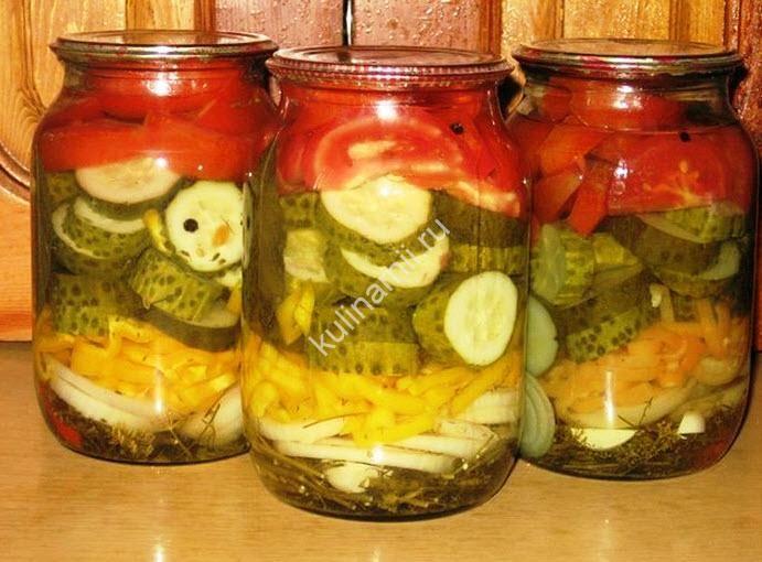 Советую взять на заметку летний салат на зиму рецепт. Вкуснотище! В стерильную баночку (у меня 1 л) положить на дно по 3-4 веточек укропа и петрушки