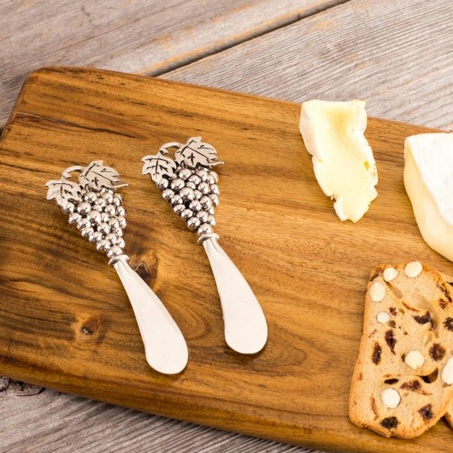 This set of two stainless steel spreaders are perfect for serving your favourite dip or spread. Great for everyday use or special occasions.