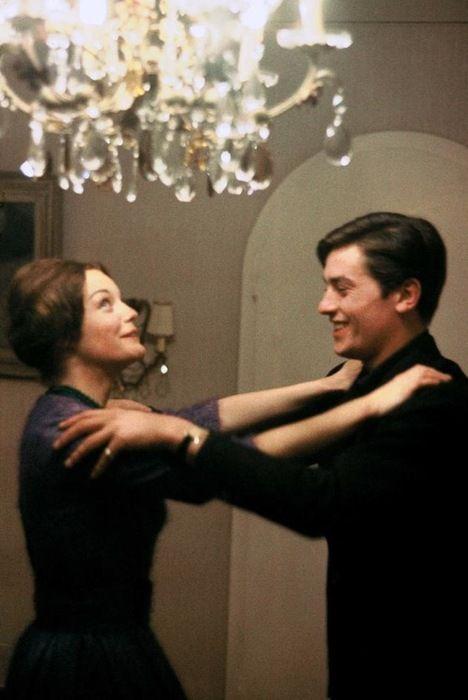 Romy Schneider et Alain Delon chez eux à Tancrou en 1959.