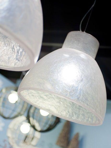 Bijzondere hanglamp gemaakt van transparant fiberglas. De hippe Reykjavik van het Nederlandse merk It's About Romi is een echte eye-catcher. De lampenkap is gemaakt van bewerkt kunststof, waardoor het lijkt op bevroren glas. Hierdoor is de lichtval zacht en speels. Bekijk deze lamp bij van de Pol Meubelen.