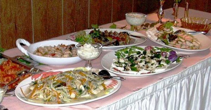 Como arrumar uma mesa de jantar para um Buffet. Refeições de estilo buffet são altamente propícias à diversão casual. Um buffet permite um ambiente mais relaxado, uma atmosfera enérgica, elimina a possibilidade de servir aos convidados algo que eles não gostam ou sejam alérgicos, e permite que os convidados determinem o seu próprio tamanho da porção. A definição de uma mesa de jantar com vários ...