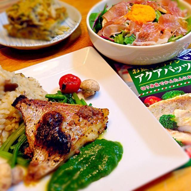 アクアパッツァの素で作って見ました〜 鯛にアラがついてたのでその出しと素の半分でリゾットを。  サラダには簡単に人参ドレッシングを。 野菜ビタミン不足気味だったのでたっぷり - 101件のもぐもぐ - グリルアクアパッツァ♬キノコと鯛のリゾット添え  ベビーリーフと生ハムの人参ドレッシングサラダ  キノコオムレツ by lovedisneypvz