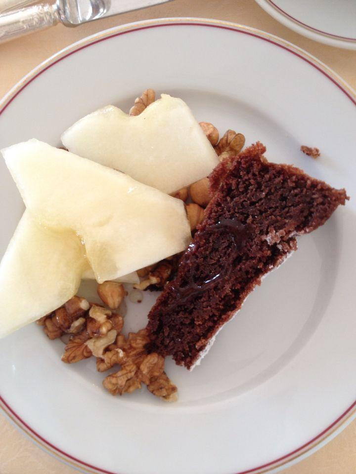Dessert: kruidcake/chocolade taart met walnoten.hazelnoten, meloen en  Italiaanse divinum honing