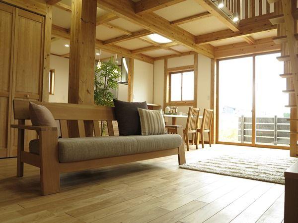 横長のリビング空間 階段下のスペースを有効活用した家具の配置