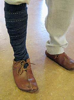 The wraps consistent of two long, narrow strips of cloth, typically wool, which were wound around the leg and foot. By starting at the knee and wrapping downwards and ending at the toes, no clips or fasteners are needed. The wraps stay firmly in place, even during vigorous activity.