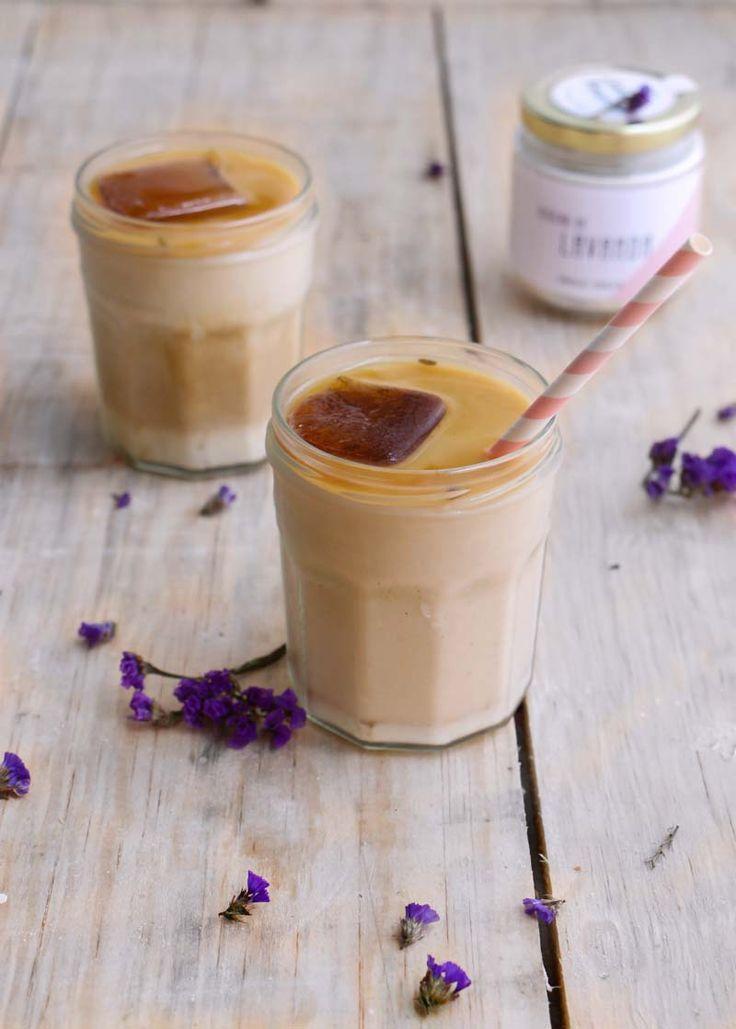Refrescante bebida a base de café, leche de coco y lavanda, una combinación exótica y espectacular para pasar el calor, muy fácil de hacer.