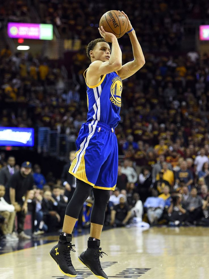 Warriors guard Stephen Curry shoots the ball during