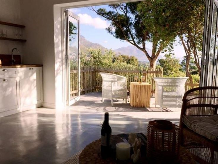 Owl Cottage - Renovated private cottage nestled deep in the valley in the sought after Victorskloof area, with amazing panoramic views of the sea, valley, Chapman's Peak and Kommetjie light house. Wake up to singing ... #weekendgetaways #houtbay #capemetropole,peninsula #southafrica