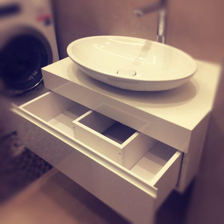 Парящая в воздухе раковина позволит почувствовать легкость сонным утром. А сохранить минимализм в ванной сможет наша вместительная тумба от мастеров GS. #фабрикамебелиGS #ванная #утро #глянец #мебель