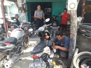 Bhabinkamtibmas Desa Kedungrejo Binluh Terhadap Pemilik Bengkel Sepeda motor