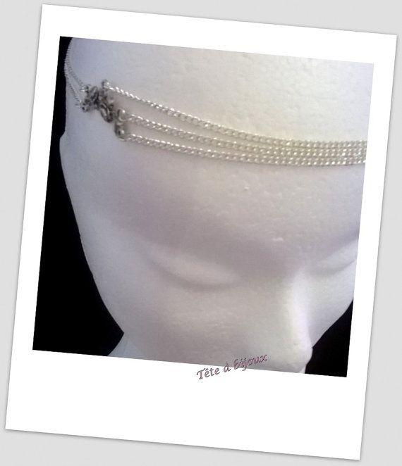 Bijou de tête headband argenté avec breloque fleurie  La breloque d'aspect raffinée est associée à des chainettes argentée  Le headband se maintient grâce à une attache argentée.   Dimension du headband : 62 cm Tour de tête min : 47 cm