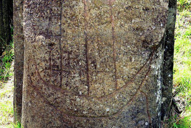Barco europeo inscrito en el torso de un moai en Rano Raraku Isla de Pascua