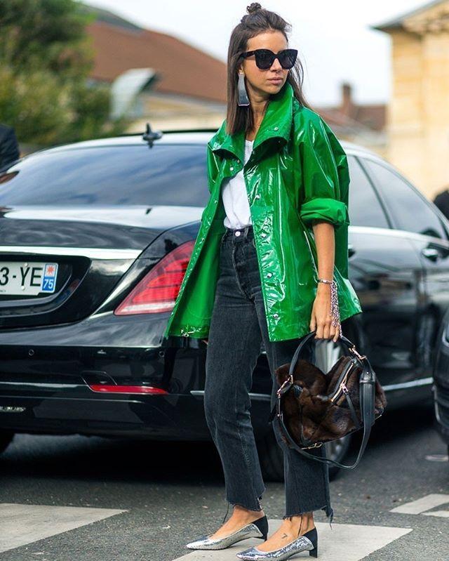 A fashionista @ngoldenberg mostra como encarar os dias de chuva com estilo com um casaco de vinil poderoso  melhor ainda se for em tom vibrante como o dela. Combine a peça a um jeans com barra desfiada e pronto! #LOFFama  via L'OFFICIEL BRASIL MAGAZINE INSTAGRAM - Fashion Campaigns  Haute Couture  Advertising  Editorial Photography  Magazine Cover Designs  Supermodels  Runway Models