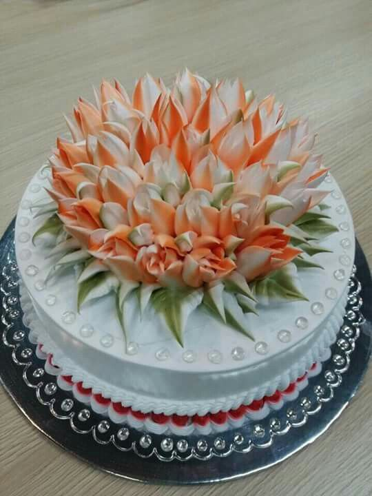 Decorating A Large Cake With Russian Icing Tips
