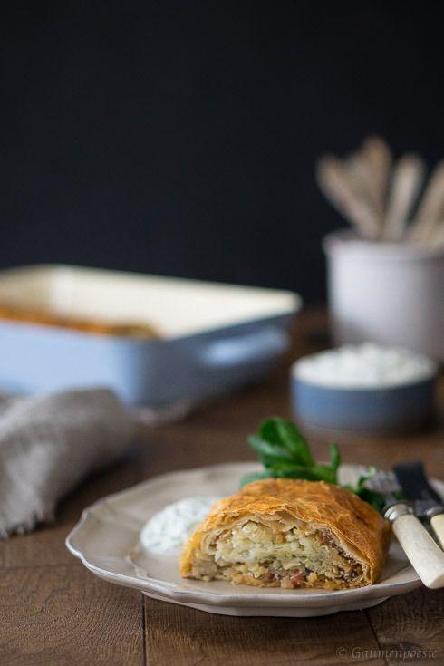 Steirischer Kartoffelstrudel mit selbst gezogenem Strudelteig. Ein Klassiker, der einfach IMMER schmeckt und auch kalt schnabuliert werden kann.