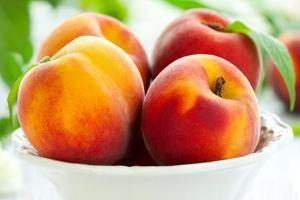 """Los duraznos o melocotones son una exquisita y delicada fruta de origen chino, que provee al organismo de un elevado nivel de antioxidantes naturales, por lo cual suele llamárselos popularmente """"la fruta de la eterna juventud"""". SIGUE LEYENDO EN: http://alimentosparacurar.com/n/7110/propiedades-del-durazno-la-fruta-de-la-eterna-juventud.html"""