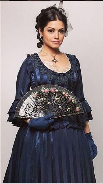 Figurino da Maria Isabel (Thais Fersoza) em Escrava mãe, vestido azul com leque Costume Brazilian Soap Opera