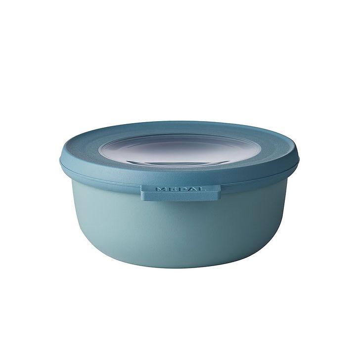 Dit groene schaaltje met een inhoud van 350 ml is perfect voor het bewaren of meenemen van humus, sausjes of babyhapjes. De Cirqula serie van Mepal is speciaal ontwikkeld voor een complete 'circle of use'. Bewaar eten in de schalen in de koelkast of de vriezer, warm het op in de magnetron (deksel moet worden verwijderd) en serveer je maaltijd in de schaal (direct) op tafel. De Mepal Cirqula multikom is gemaakt van onbreekbaar materiaal. Het transparante venster in de deksel zorgt ervoor dat…