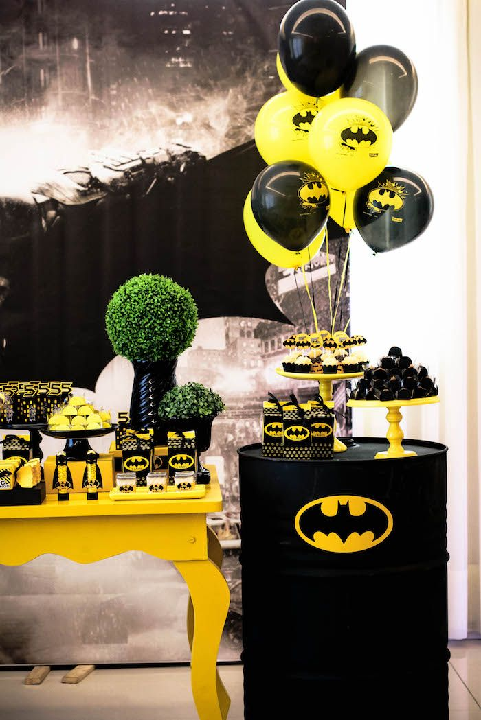 black and yellow batman birthday party anniversaire d coration super h ros et decoration gateau. Black Bedroom Furniture Sets. Home Design Ideas