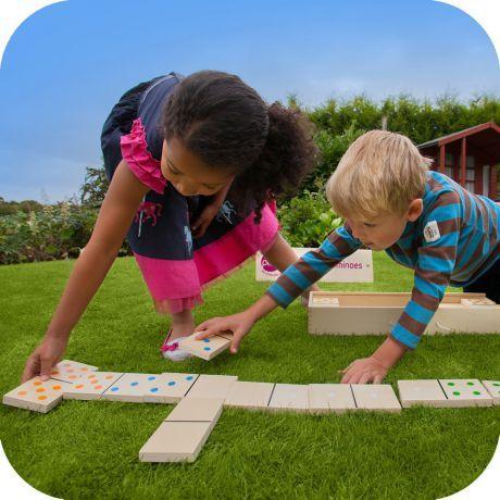 Duży zestaw drewnianego domino marki Plum to fantastyczny pomysł na zabawę w ogrodzie dla całej rodziny. Składa się z 28 tradycyjnych drewnianych klocków domino kolorowo pomalowanych oraz z drewnianego futerału. Zestaw domino wykonany jest z najwyższej jakości drewna z certyfikatem FSC®. Jest solidny i wytrzymały i zapewnia świetną grę na świeżym powietrzu w nadchodzących latach.