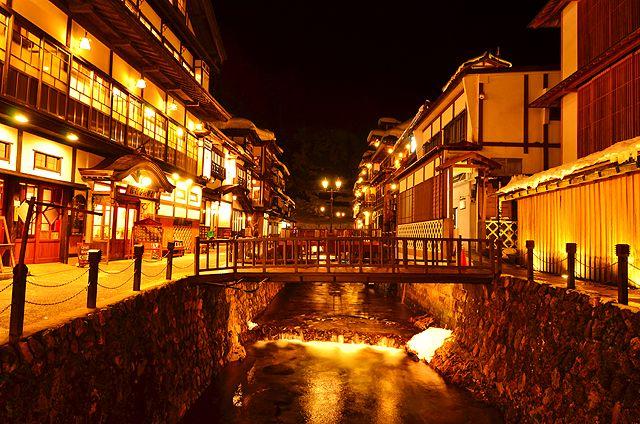 まるで大正時代にタイムスリップしたかのような懐かしさ。大正ロマンの湯の町「銀山温泉」。 ガス灯が灯る木造多層の宿が並ぶ町並みは、一度は訪れたい温泉街!銀山温泉の町並みや、観光スポットなどを紹介します。
