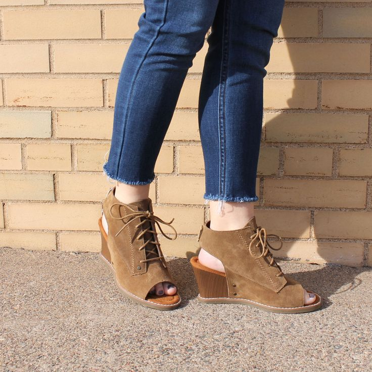 This trend-right sandal makes between-season dressing a breeze #bearpaw  #wedges