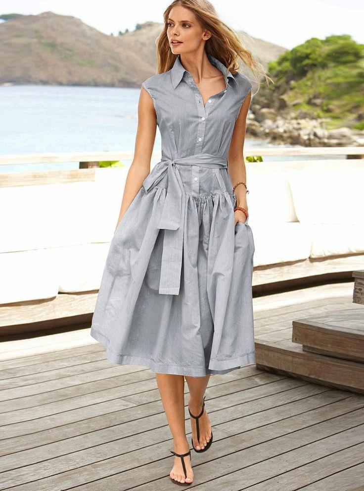 Платье-рубашка в мелкую бело-голубую полоску без рукавов и с поясом.