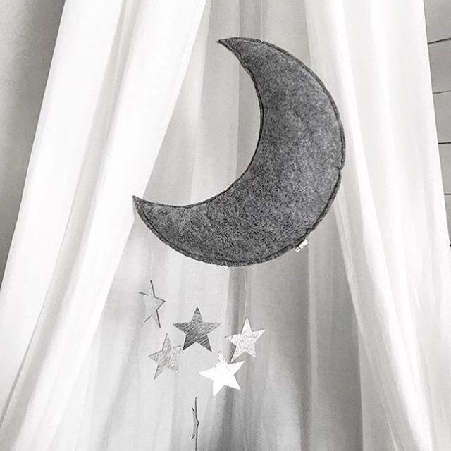 @monolo.no • N Y H E T • Den nydelige måne uroen har kommet på lager ⭐️ Du finner den både med gull og sølv stjerner. Perfekt å henge over sengen til din lille skatt. #monolo #monolono #nettbutikk #barnerom #mittbarnerom #interiør #uro #baby #godnattminskatt #barnerommet #inspo #fineting #barnerominspo #barneromsinteriør #skandinaviskehjem #gutterom #jenterom #nordiskehjem #danskdesign #kongessløjd