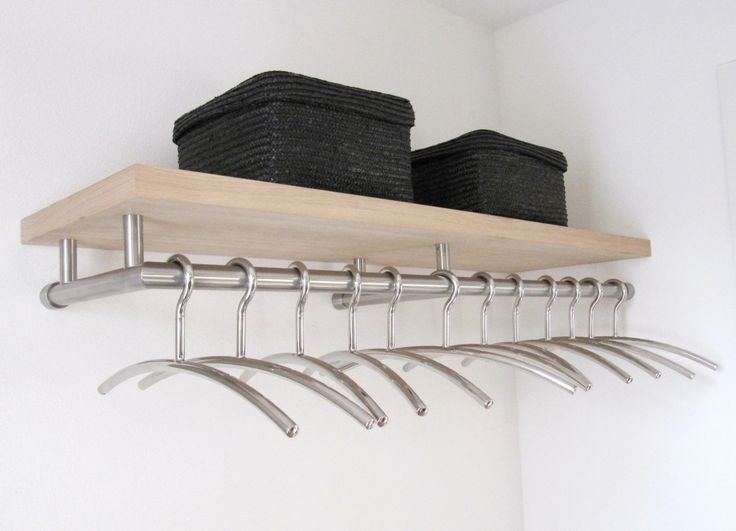 RVS kapstok model 1. Met een gefineerd eiken houten hoedenplank en ruimte voor hangers.