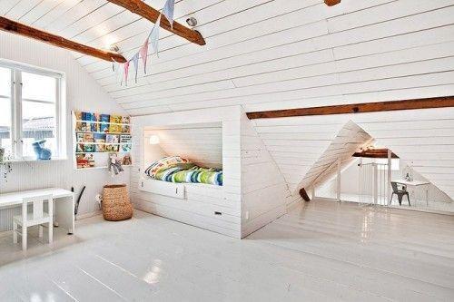 Une chambre d'enfant tout de blanc vêtue pour faire ressortir les poutres de la charpente. Idéale pour donner du cachet à une chambre sous combles.