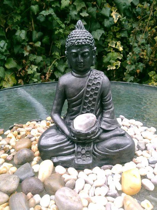 Buda que representa compasión    Buda cobre oxidado    Este buda representa compasión y cuidado por todos los seres. Con una amatista en su fuente para purificar el espacio en que se encuentra de vibraciones negativas. Facilita la transición a un estado meditativo, aclarando el desorden mental.     Figura de yeso pintada con pintura acrílica cobre y verde, sellada con porcelana. Medidas 25 x 20 cm.