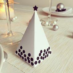 Bonjour, bonjour, Pour ce quatrièmerendez-vous sur les décorations de table de Noël, je vous propose un tuto pour faire des petites boîtes pour chaque invité pour y mettre des chocolats ou des petites surprises. Dans ma famille, on a toujours une miniboîte de chocolats à notre place lors des repas de Noël, c'est un peu …