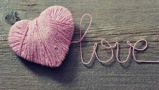 Corazón formado por lana y letras de lana ..