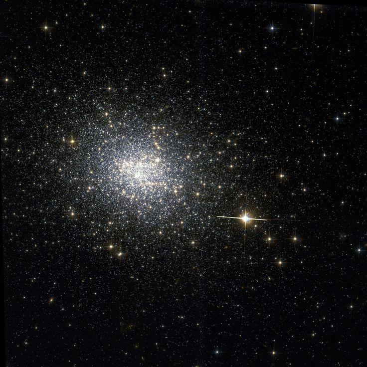 Cúmulo NGC 121 (ESO 050-SC012). Es un cúmulo globular en la constelación de Tucana. El objeto fue descubierto por el astrónomo John Herschel en 1835.