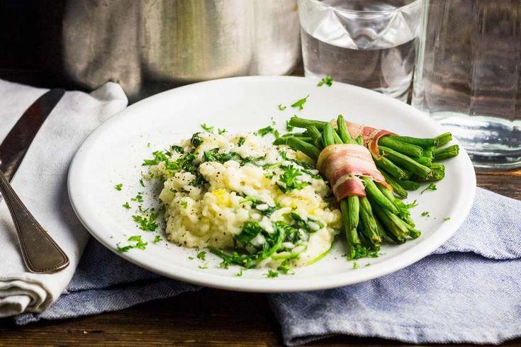 Recept voor risotto voor 4 personen. Met zout, olijfolie, peper, risottorijst, witte wijn, parmezaanse kaas, boontjes met spek, sjalot, knoflook, bleekselderij en groentebouillonblokje