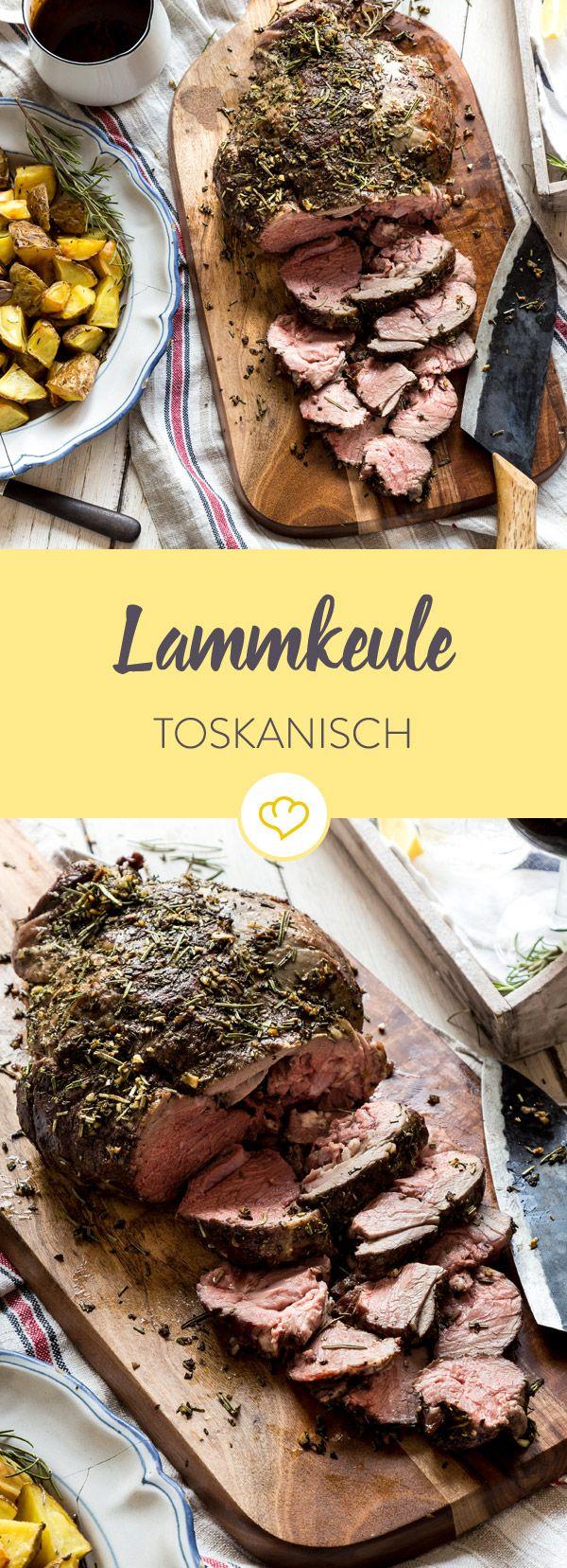 Der absolute Lamm Klassiker kommt aus der Toscana. Saftiges, rosa Lamm mit einer knusprigen Rosmarin-Thymian-Kruste und leckeren Kartoffeln aus dem Ofen.