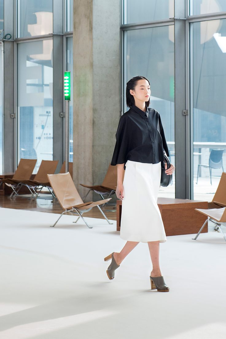 10. Cape-shirt in cotton poplin, flared skirt in cotton denim, bag in molded leather and heeled mules in leather