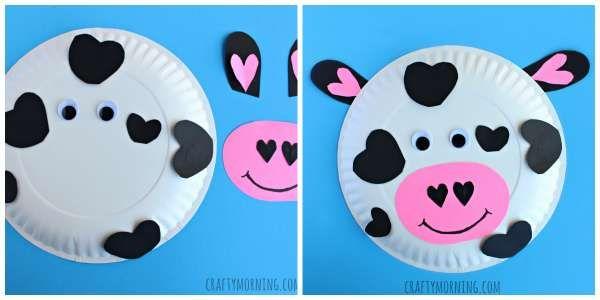 Une vache avec une assiette en carton