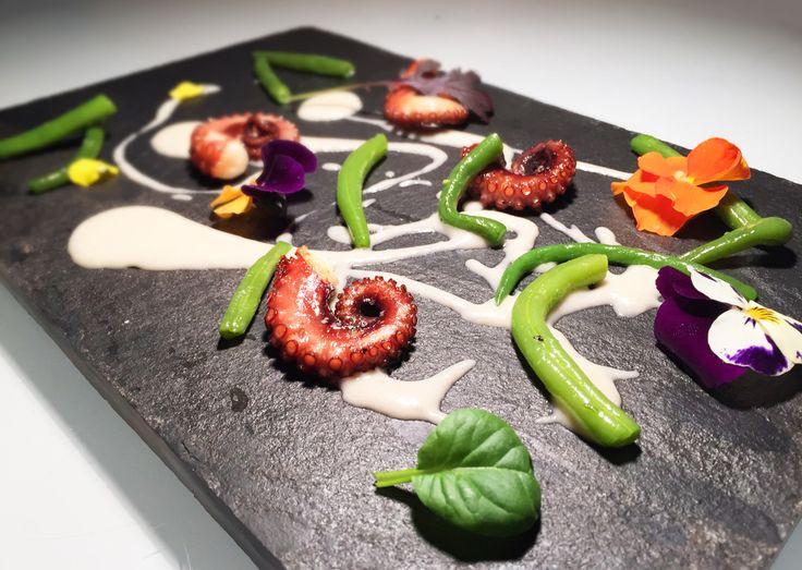 Il polpo scottato in padella con fagioli è un piatto dell'alta cucina che sa di mare ed è un'ottima ricetta per questa primavera.