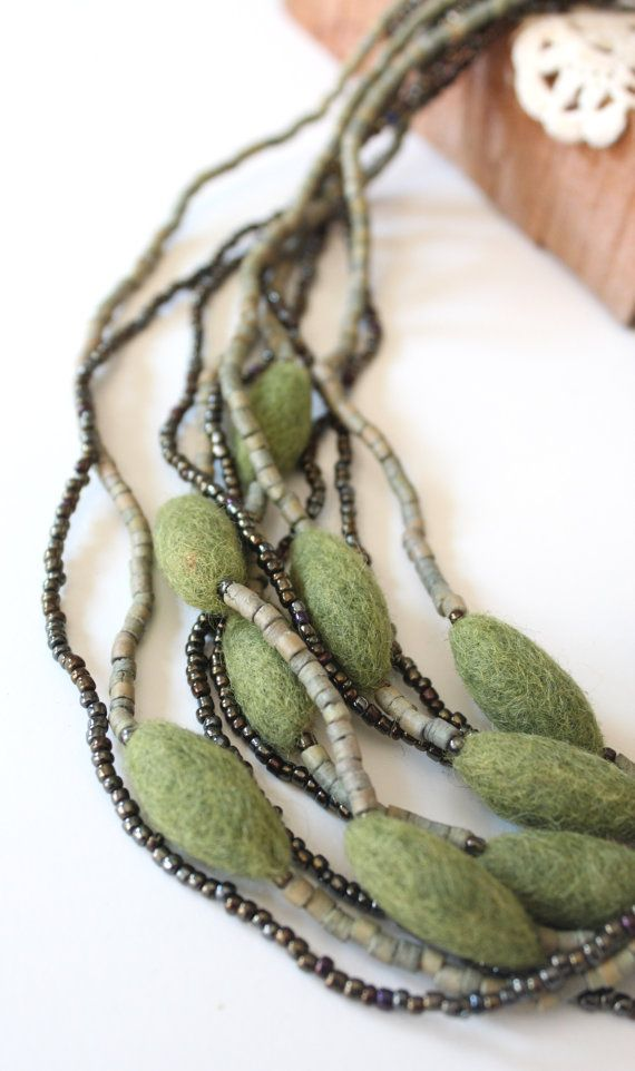 Felted Flower Necklace With Wood And Iridescent Beads di LadyAlamo